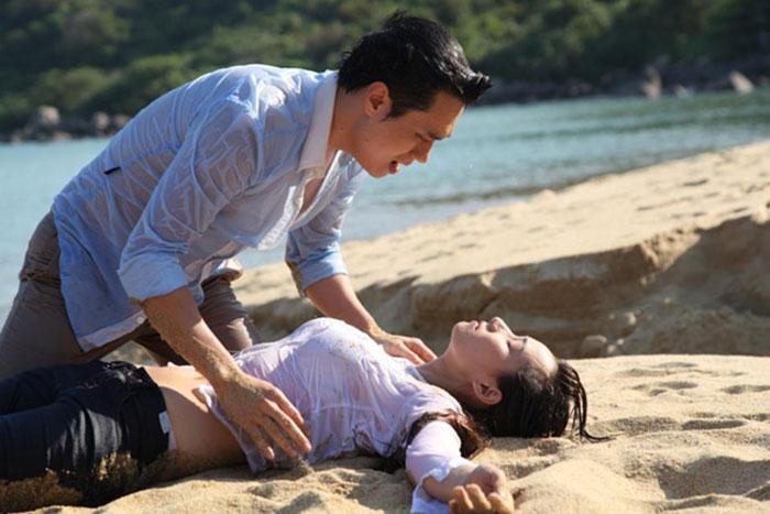 Sau một hồi vật lộn, cuối cùng, tôi cũng dìu được nàng lên bờ - Việt Anh khóa môi Lã Thanh Huyền trên bãi biển