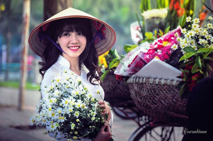 Cúc họa mi - Em tiếc gì mùa hoa cũ? - Thiếu nữ Hà Thành đẹp tinh khôi bên bó cúc họa mi