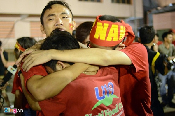 Gương mặt buồn chán của các CĐV khi chứng kiến những bàn thua của ĐT Việt Nam