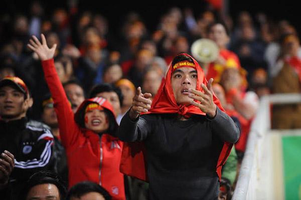 Những người hâm mộ Việt Nam như bị giật mất giấc mơ khi họ tin rằng đội bóng đang tiến rất gần ngôi vô địch. Ảnh: Giang Huy