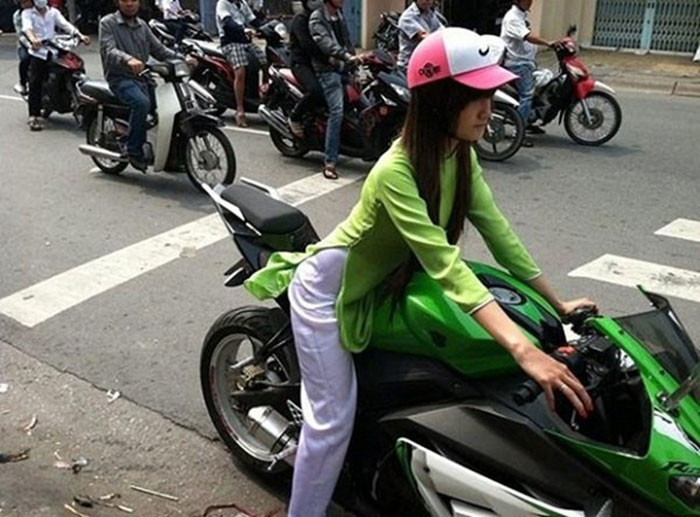 Thiếu nữ Việt rộ mốt cưỡi mô tô khủng dạo phố