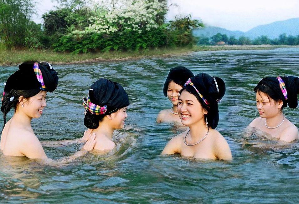 Gái Mường Lò tắm suối - Minh họa bài thơ Em gái Mường Bi